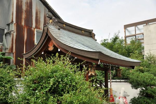 三寶稲荷神社本殿屋根曲線