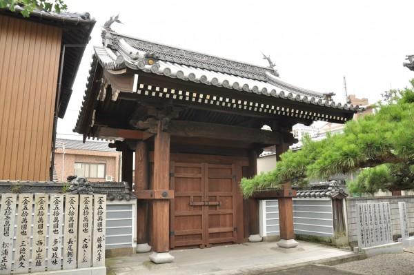 興泉寺山門 境内側