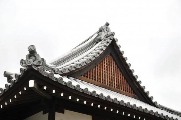 新羅神社拝殿妻壁木連格子